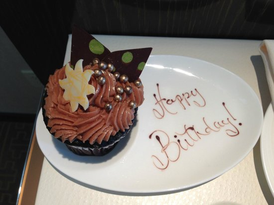 Mandarin Oriental, Las Vegas: Birthday cupcake surprise they brought to our room. Delicious!