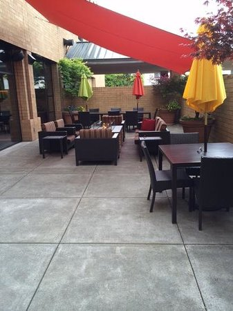 Courtyard Portland Downtown/Convention Center: patio outside bar