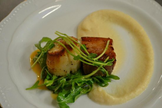 ‪‪Inn at Weathersfield‬: Pan roasted New England Diver Scallop with Vermont Pork Belly/Celery Root Puree/arugula salad‬