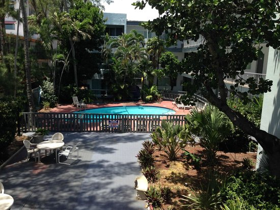 Beach Plaza Hotel: pool and garden area
