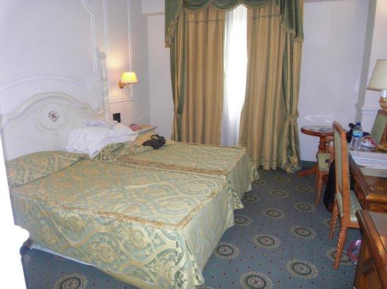 Grand Hotel Vanvitelli: Our bedroom