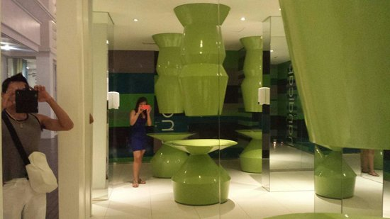 Mövenpick Hotel Mactan Island Cebu: Odd toilets which is visually unimpressive