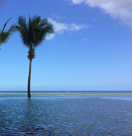 Maradiva Villas Resort and Spa : la piscine et la plage