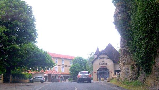 Hotel De Lacave: rue du village de LACAVE