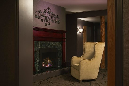 Shore Lodge : A cozy fireplace suite