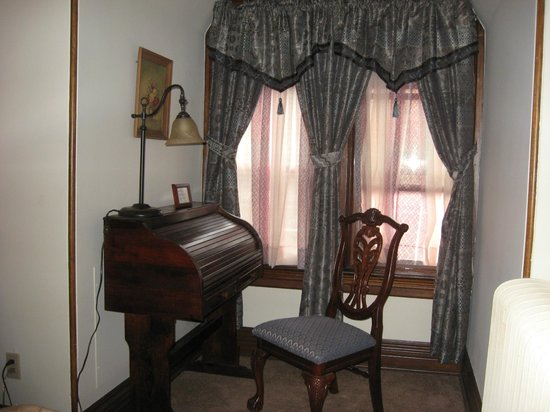 Spencer House Bed and Breakfast: Spencer Suite Writing Area