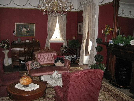 Spencer House Bed and Breakfast: The Parlor