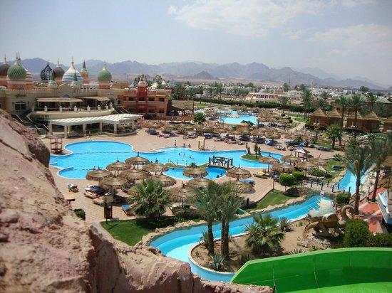 Aqua Blu Sharm: widok hotelu z jednej zjeżdzalni