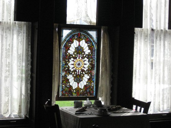 Spencer House Bed and Breakfast: Lovely Stained Glass in Dining Area