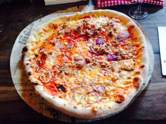 L'Osteria: Huge Tonno pizza.