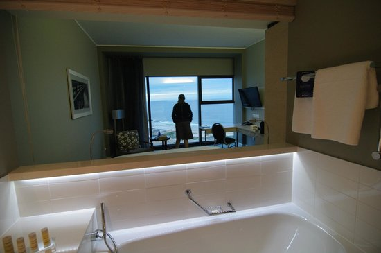 Radisson Blu Hotel, Port Elizabeth: Zimmer aus dem Bad