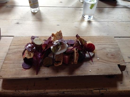 Hawkley Inn : goat cheese and beetroot salad