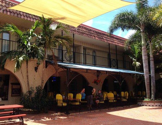 Darrell's Restaurant: Courtyard Outdoor Seating