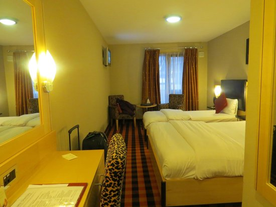 Academy Plaza Hotel: Triple room