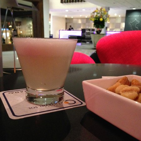 Costa del Sol Wyndham Lima Airport: Bar in the lobby and delicious Pisco Sour and Corn Nuts