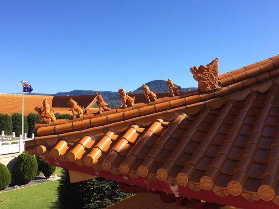 Nan Tien Temple : Ornate sculptures on the roof tiles
