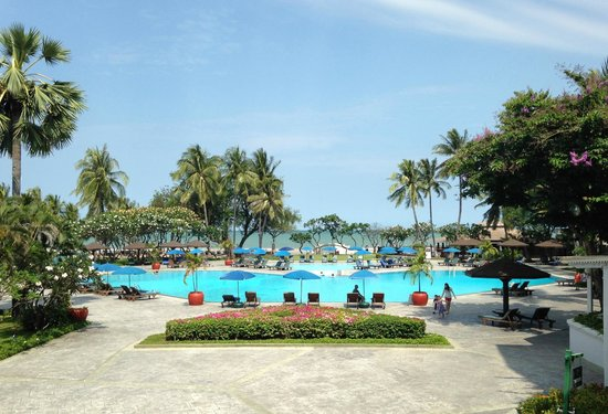 The Regent Cha Am Beach Resort: View towards the sea of the main pool, taken from the lobby