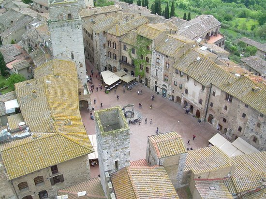 San Gimignano Bell Tower: Piazza del Cisterna