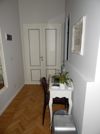 B&B Florence Chic : Desk with a small frigerator with drinks