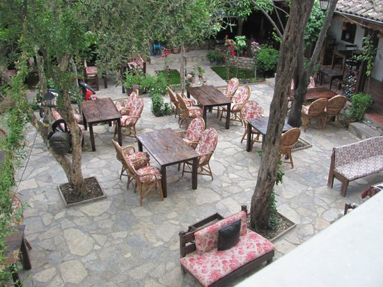 Boomerang Guesthouse Ephesus: balcony overlooking the street and restaurant