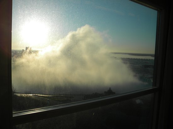Embassy Suites by Hilton Niagara Falls Fallsview Hotel: Mist in the Morning