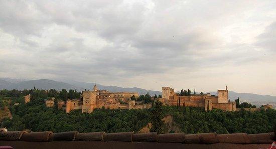 Restaurante Estrellas de San Nicolas: View of the Alhambra from our table on the 3rd floor balcony