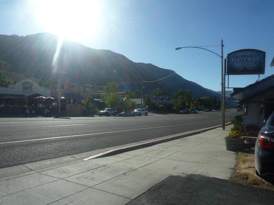Yosemite Gateway Motel: Highway 395 (not a busy road)