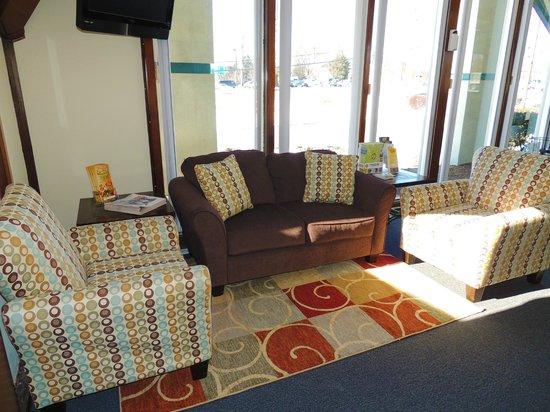 Budget Host Inn & Suites: Lobby Seating Area
