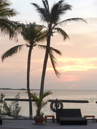 Komandoo Maldives Island Resort: Sunset over the swimming pool