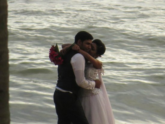 The Blue Water: Typical wedding on the beach!