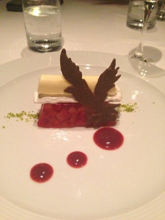 L'Aigle-Noir: Dessert no 2 : tartare de fraise en gelée, meringue et glace au sureau