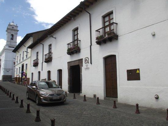 Museum für präkolumbische Kunst Casa del Alabado: Fachada do Museu. Um prédio antigo remodelado especialmente para tal finalidade