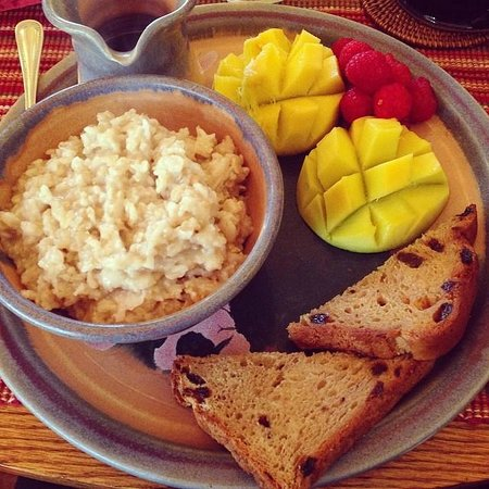 The Suites at Sedona: Oatmeal with fresh bread and fruit