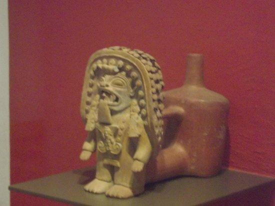 Casa del Alabado Museum of Pre-Columbian Arrt : Observar o trabalho artesanal desta peça