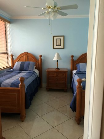 The Alexander All-Suite Oceanfront Resort: 2nd bedroom with two twin beds - window view of the ocean
