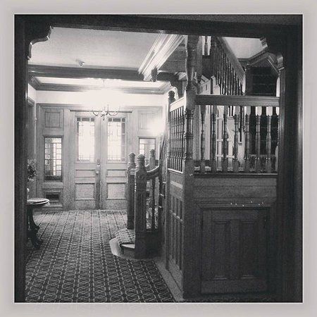 The Hotel Portsmouth: View from check-in desk to main entrance foyer.