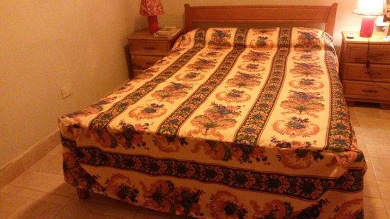 Hostal Plaza Vieja: letto della camera con bagno proprio