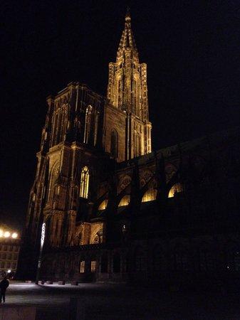 Hotel Gutenberg : Magnifique Cathédrale !! Et la place du château est simplement une des plus belles places de la