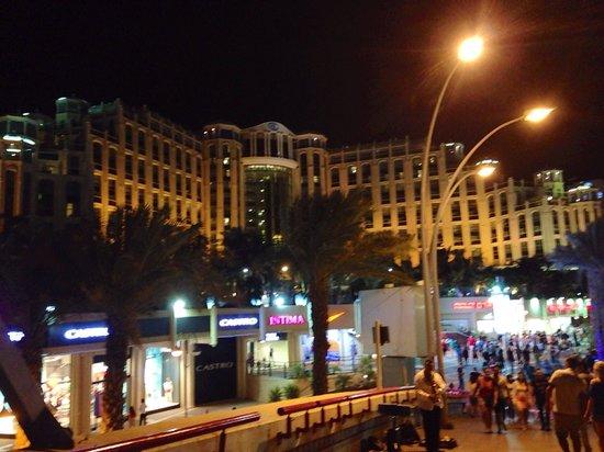 Hilton Eilat Queen of Sheba: Hôtel vu de la promenade