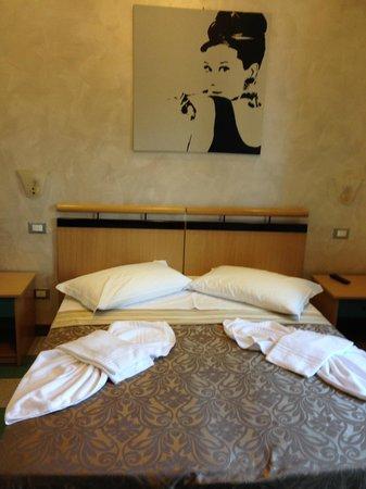 Hotel Italia: La chambre à l'arrivée avec jolie présentation