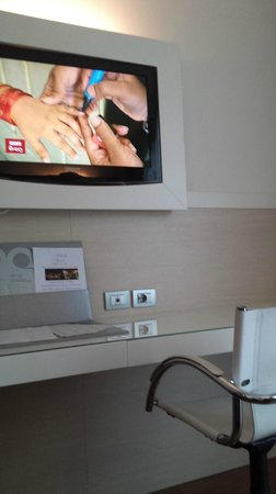 Allegroitalia Pisa Tower Plaza: TV/desk area