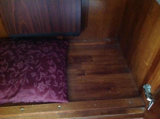 Royal Albion Hotel-Brighton: cabinet is dusty
