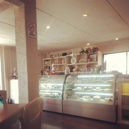 Lecker - Lecker Salon de Te y Pasteleria: pastry showcase