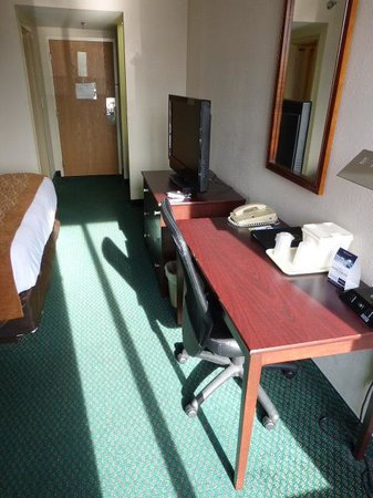 Comfort Inn Northeast: Look toward entry door