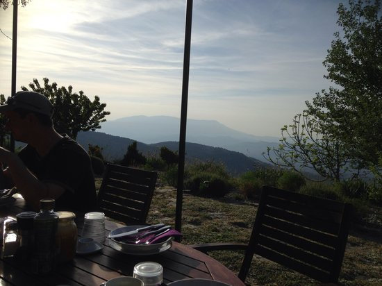Pure Mountains: Not a bad view for a breakfast room!