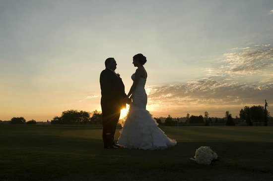 Northview Golf and Country Club: Beautiful couple enjoying the sunset at Northview