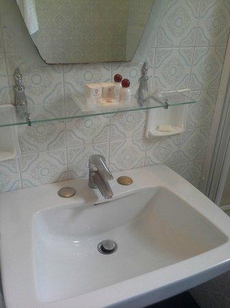 Viktoria Palace Hotel: lavabo ultra moderne et son miroir rouillé