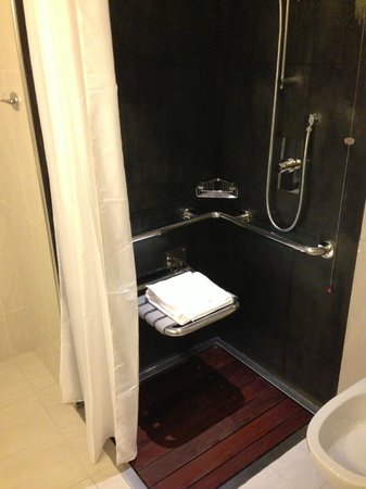Mercure Milano Solari: Limited mobility showers for non limited mobility customers