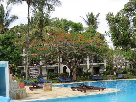 Diani Sea Resort : view across the pool