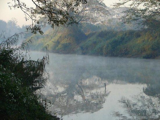 Baannamping Riverside Village: Amanecer sobre el rio Ping